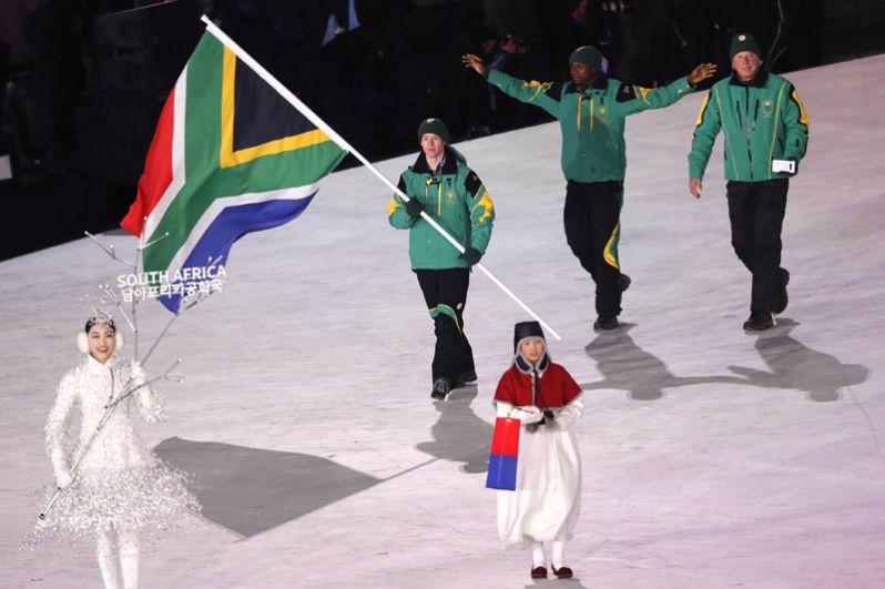 ЮАР. Страна принимала участие в зимних Олимпийских играх в 1960 году и с 1994 по 2010 год. В этом году страна будет представлена одним спортсменом в горнолыжном спорте.