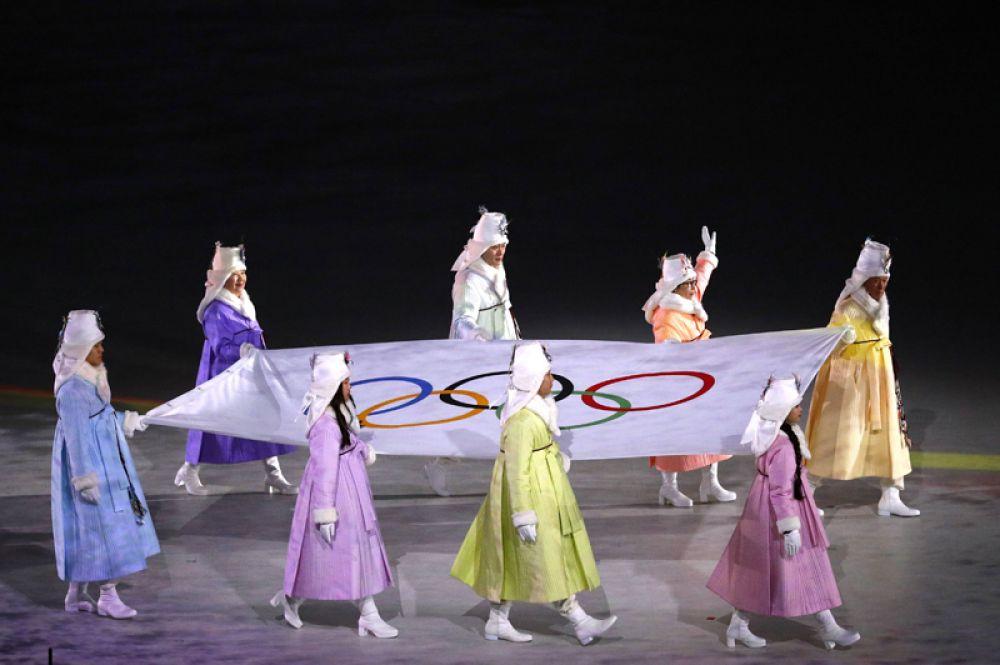 Вынос флага страны-хозяйки во время церемонии открытия XXIII зимних Олимпийских игр в Пхенчхане.