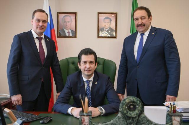 Артем Здунов (слева) перешел на должность премьер-министра Дагестана, Фарид Абдулганиев (в центре) пересел из кресла министра экологии в кресло министра экономики.