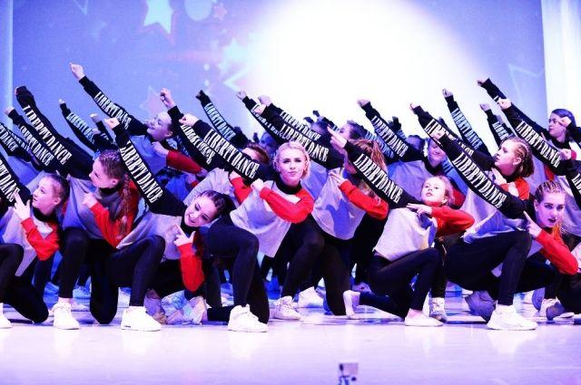 Дети школьного возраста изучают современные танцы - хип-хоп, джаз-фанк, контемп.