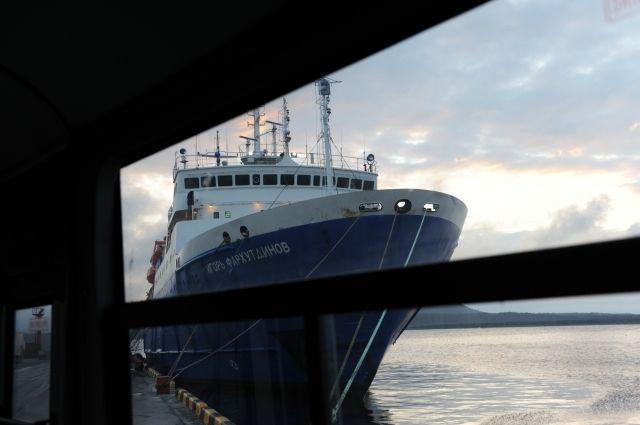 Ледокол начал выводить застрявшее вОхотском море судно спассажирами