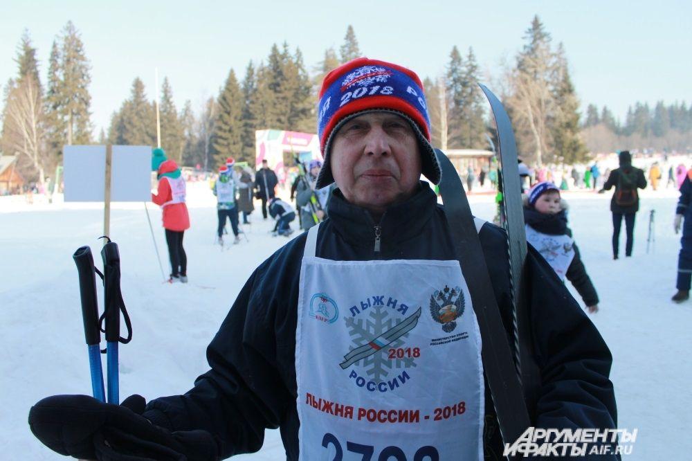 Сергей Александрович уже в десятый раз встаёт на лыжи в массовом старте.