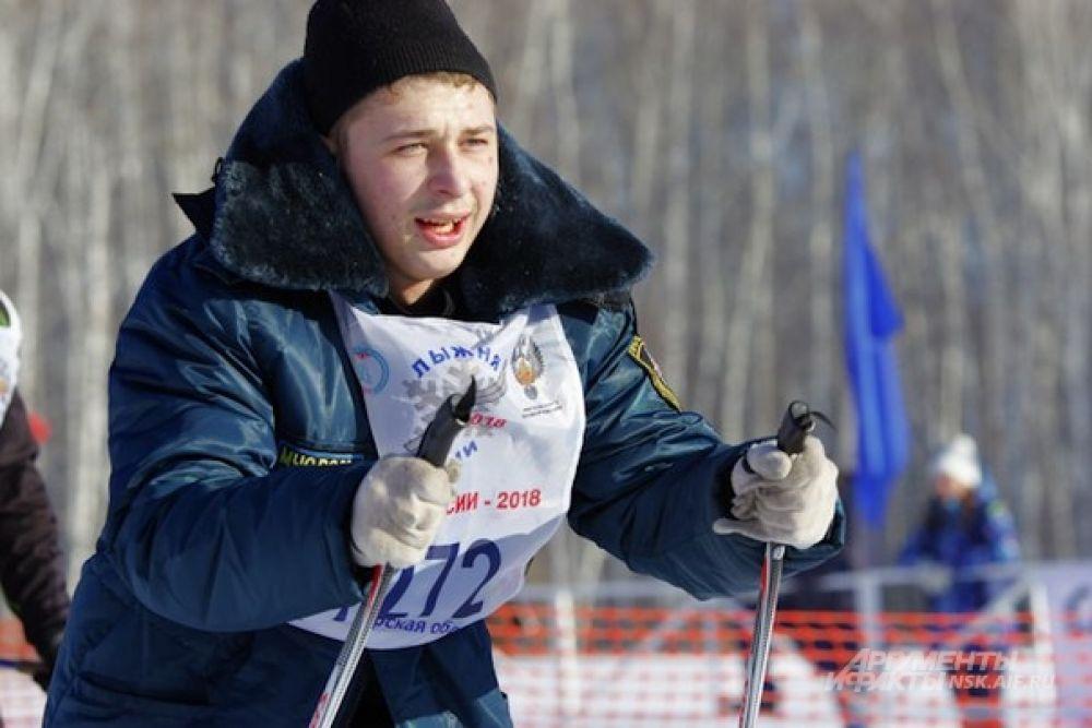 Среди участников можно было  встретить представителей компаний, организаций и ведомств. Так, этот лыжник был в куртке с символикой МЧС.