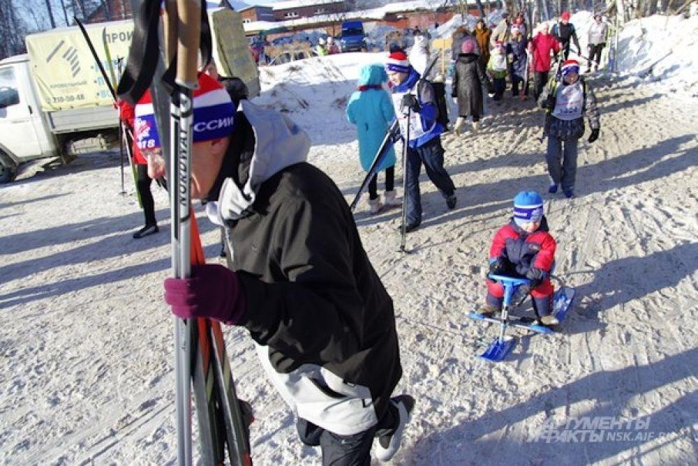 Другие участники «Лыжни России» едва умели ходить, но тоже стремились к старту со своим инвентарем.