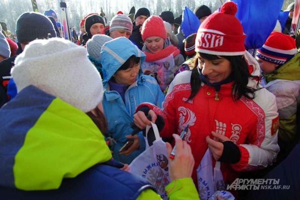 Участники соревнований могли получить сувенирные шапочки с символикой лыжной гонки.