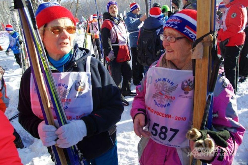 А это - постоянные участники спортивной акции, которая, к слову, проходит с 1982 года. Пенсионеров на лыжне было немало, и некоторые бабушки и дедушки не стесняясь возраста признавались, что им уже за 80.