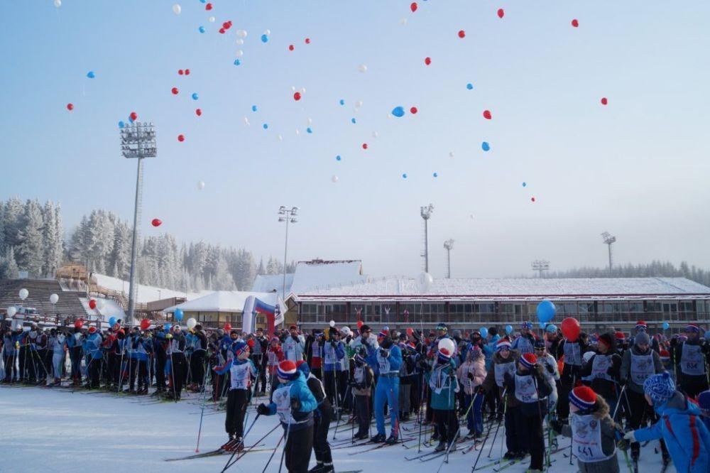 Участники «Лыжни России» выпустили в небо 169 шариков, на каждом из них написаны имена спортсменов, выступающих на Олимпиаде в Южной Корее.