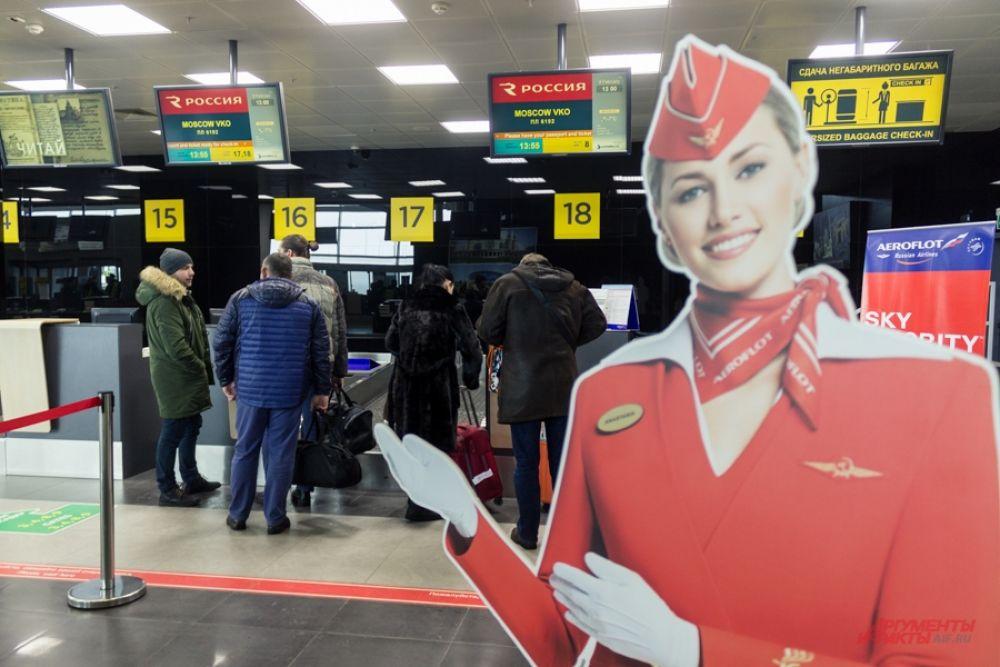 Пассажиры, прибывающие в аэропорт, сначала регистрируются на рейсе. Агентов по стойкам распределяет диспетчер. Перед началом смены агенты регистрации пассажиров уже знают, сколько человек летит конкретным рейсом, есть ли дети и животные.