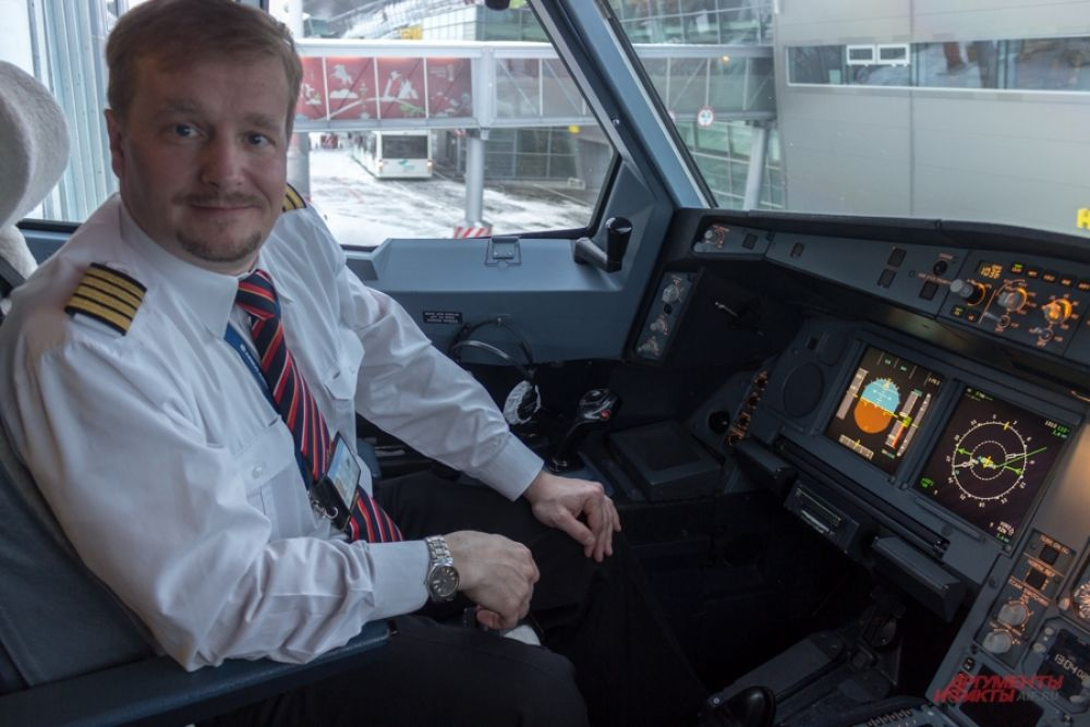 Капитан воздушного судна авиакомпании Nordwind Airlines любезно пригласил нас в кабину пилота.
