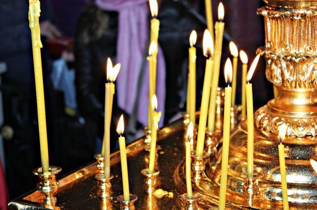 Орские священники пытаются помочь родственникам погибших в их горе.
