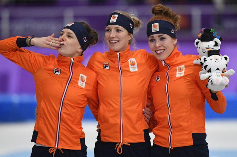 Спортсменки из Нидерландов заняли весь пьедестал в соревнованиях по конькобежному спорту на дистанции 3000 метров.