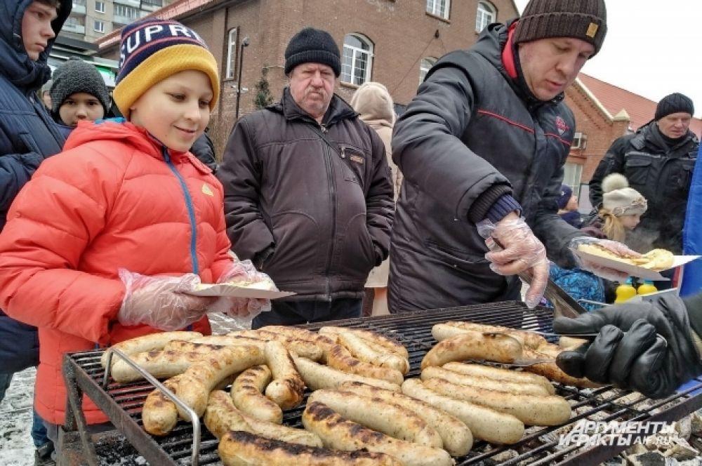 """Гости могли попробовать белые мюнхенские колбаски, вайсвурст, в основе которых телятина, приготовленные по традиционным рецептам Германии; колбасу, сделанную по старинному ирландскому рецепту, привезенному переселенцами в США, в основе которой свинина с яблоком. А также кабаносси и сюрпризные колбаски """"Искорка"""", часть ингредиентов которых держится в секрете."""