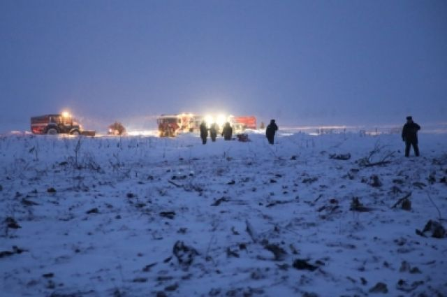 Спасатели работают на месте ЧП.