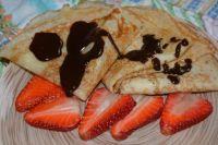 Блинчики можно подать с фруктами и шоколадом.