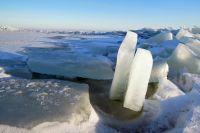 Ребенок оказался на льдине в ледяной реке.
