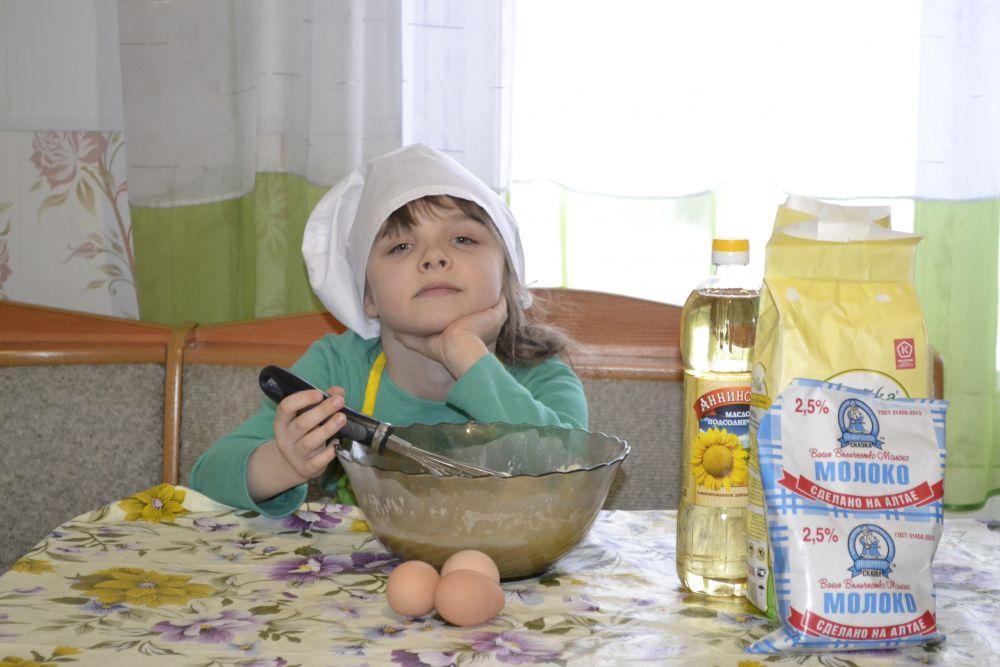 Блины по рецепту Любови Дмитриевой. «На фото Дмитриева Полина, 6 лет, из села Михайловское Михайловского района. В нашей семье блины - одно из любимых блюд, так что на столе они не только на масленицу. Блины единственная дочка Полина любит не только есть, но и готовить. У нашего поварёнка получается отличное тесто по фирменному рецепту, где кроме молока есть и кефир. Без помощницы блины не приготовить. Блины любим и просто, и с начинками. Среди необычных начинок - жареные белые грибы с луком. Блины с такой начинкой, кстати, фирменные блины нашего района, они так и называются «Михайловское разд