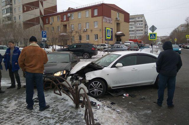 В Тюмени на улице 30 лет Победы столкнулись три автомобиля