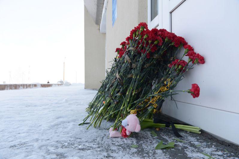 Цветы у аэропорта Орска.