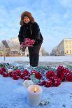 Женщина возлагает цветы к монументу Валерия Чкалова в Оренбурге в память о погибших при крушении самолета Ан-148 «Саратовских авиалиний» рейса 703 Москва-Орск.