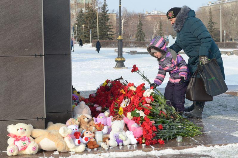 Жители несут цветы, свечи и детские игрушки к фотографии самолета у памятника Ленину в центре Орска в память о погибших при крушении Ан-148 «Саратовских авиалиний» рейса 703 Москва-Орск.