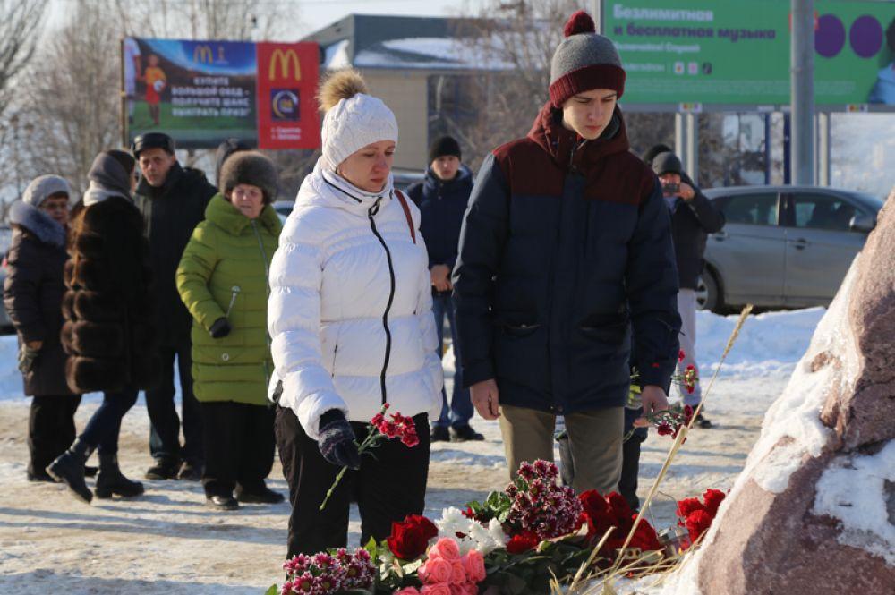 Жители Саратова возлагают цветы на площадке возле аэропорта в память о погибших пассажирах.
