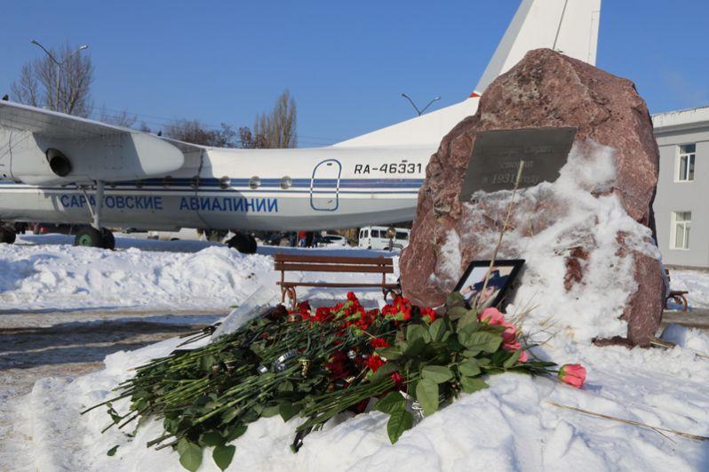 Цветы возле аэропорта Саратова в память о пассажирах, погибших при крушении самолета Ан-148 «Саратовских авиалиний» в Подмосковье.
