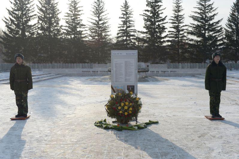 Цветы и список пассажиров у Вечного огня в Орске.