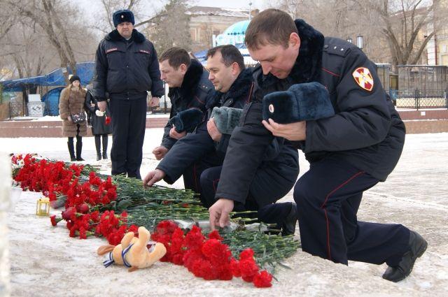 Сотрудники Росгвардии возложили цветы в память жертвам авиакатастрофы в Подмосковье.