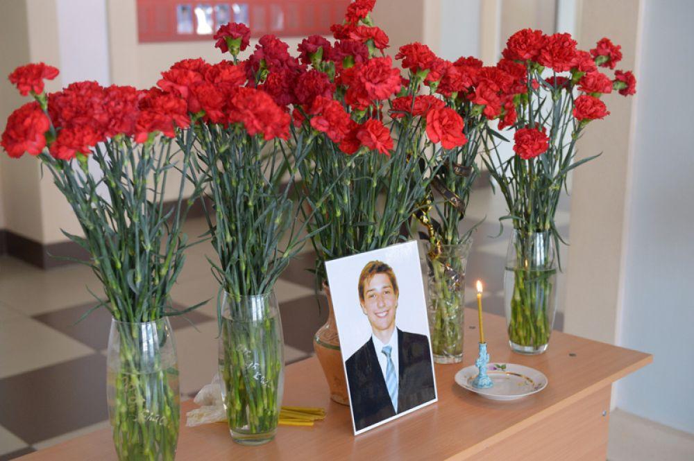 Цветы и свечи в холле 8-й школы Орска у фотографии ученика Ильи Полетаева, погибшего в крушении самолета Ан-148 .
