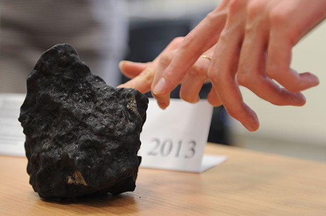 Осколок Челябинского метеорита.