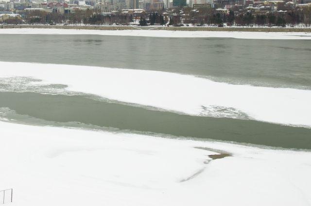 Житель Пономаревского района провалился под лед на рыбалке.