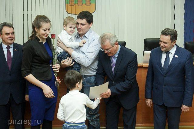 Губернатор лично вручил сертификаты.