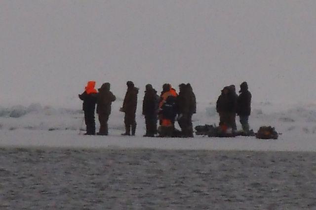 Рыбаки, бывшие неподалеку вызвали помощь.