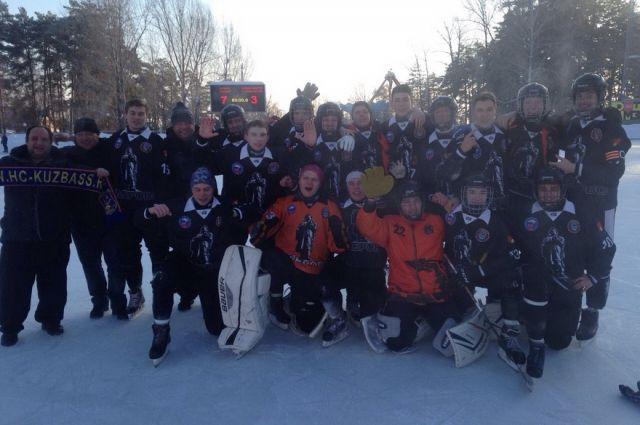 Кемеровский «Кузбасс-2001» одержал победу в первенстве России по хоккею с мячом.