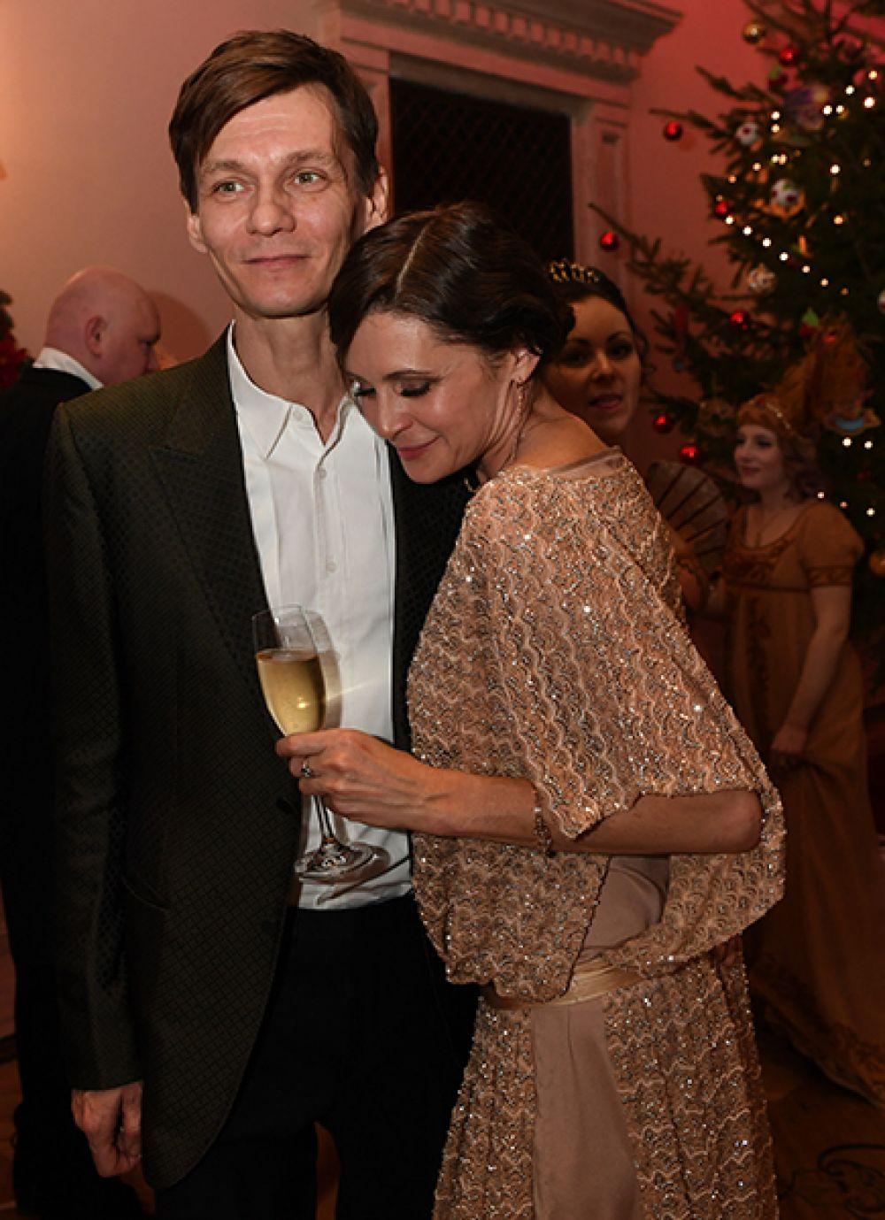 Актеры Оксана Фандера и Филипп Янковский поженились в 1990 году. У пары двое детей: Иван и Елизавета.