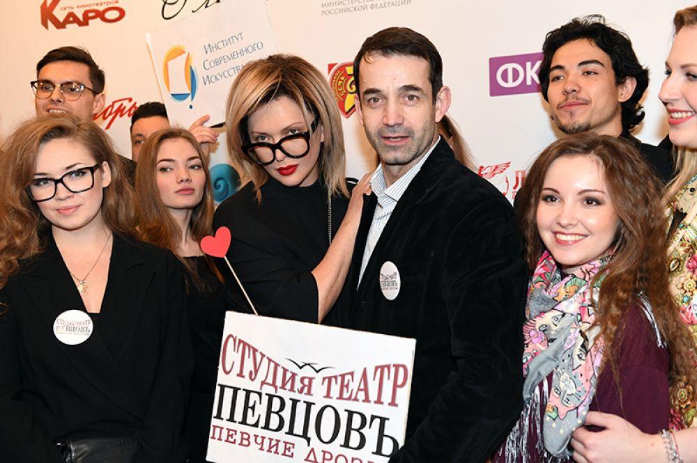 Дмитрий Певцов и Ольга Дроздова поженились в канун Нового 1995 года. 7 августа 2007 года у супругов родился сын Елисей.