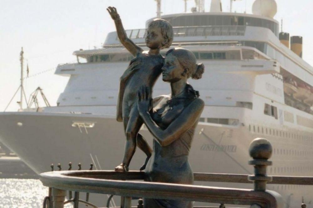 Одесса - это тот город, который прекрасен всегда! Приезжайте к морю и в феврале, погуляйте по Приморскому вокзалу, а затем по Потемкинской лестнице спуститесь к Морскому вокзалу. Там, у левого причала находится один из самых романтичных памятников. Памятник женам моряков, у которых вся жизнь - это ждать. Ждать и верить.