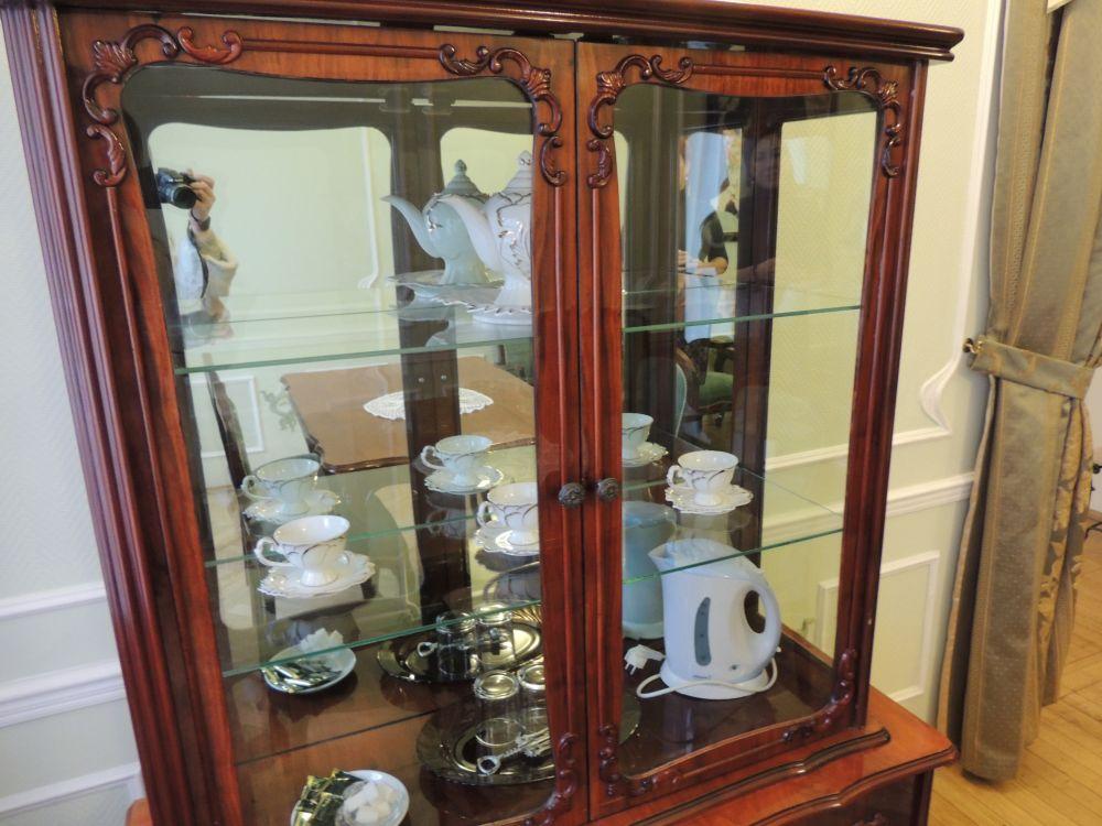 В антикварном буфете даже чашки в старинном стиле. Однако, электрический чайник как бы напоминает, что мы не в прошлом веке