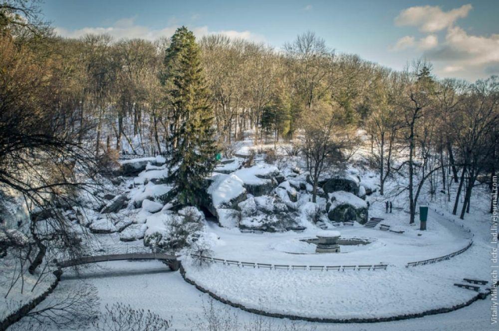 Парк «Софиевка» - это, пожалуй, самый огромный памятник любви. Основал его польский магнат Станислав Потоцкий для своей жены Софии Витт в 1796 году. Парк несколько раз подвергался разрушениям, но пережил несколько войн и сегодня вновь радует глаз всем туристам.