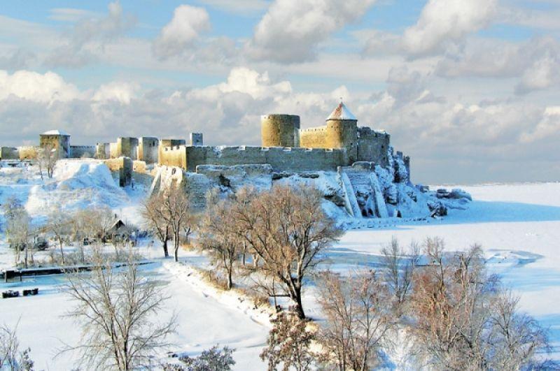 Аккерманская крепость - это романтика для тех, кто мечтает о дальних странах и походах, а море любит в любом его проявлении, даже зимой. Крепость находится в Белгороде-Днестровском, в Одесской области. Всем, кто решит ее посетить, рекомендуем - пройдите до отвесной стены, которая возвышается уже над морем и поднимайтесь по каменным уступам. Уже наверху вы почувствуете себя и рыцарем, и героем сказочного фентези одновременно.