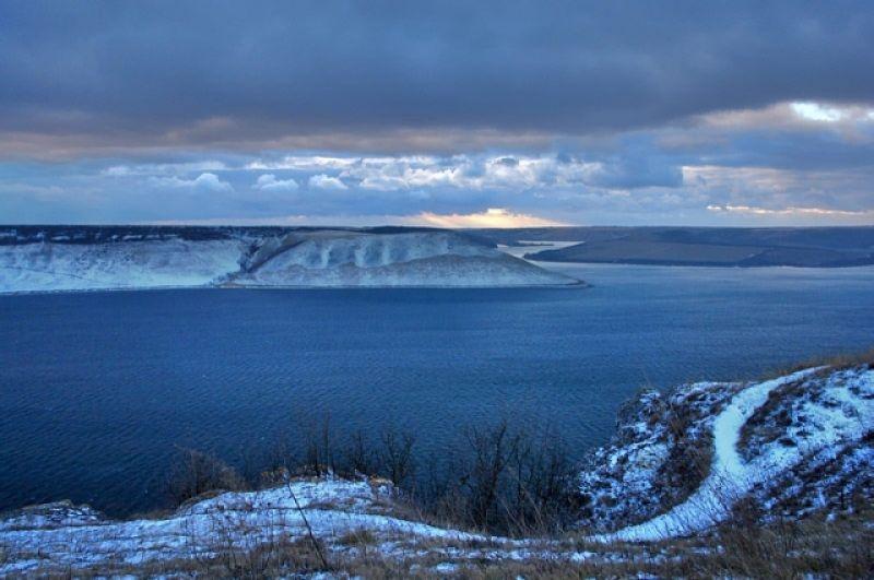 Бакота - многострадальное село, основанное еще в 11-12 веке. В 1981 году его затопили геологи при постройке ГЭС, а в 1996 обвалился кусок Белой горы, засыпав собою усыпальницы и фрески. Но Бакота - это крошечная Ялта, напоминание о теплом море Крыма и неповторимом микроклимате. Все потому, что температура на месте Бакоты очень напоминает климат ЮБК. Неповторимые пейзажи, лес и вода привлекают к себе туристов из года в год все больше и больше.