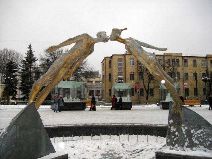 Памятник влюбленным - композиция, которая находится на площади возле станции метро им. Академика Бекетова в Харькове. Эта скульптура, изображающая влюбленную парочку, греет харьковчанам душу уже больше десяти лет. А у молодоженов есть даже традиция - в день свадьбы они обязательно фотографируются здесь и кладут на счастье цветочек к ногам девочки.
