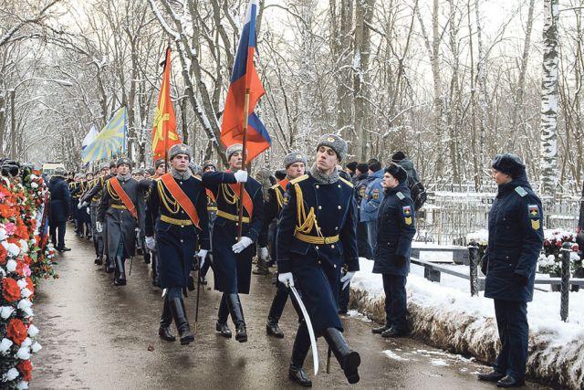 Героя России Романа Филипова похоронили с воинскими почестями на Аллее Славы Коминтерновского кладбища.