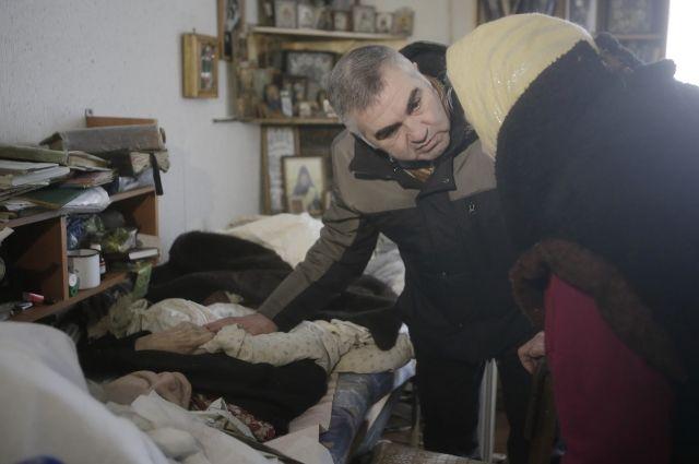 Начальник соцзащиты Армен Мнацаканян беседует с бабушками