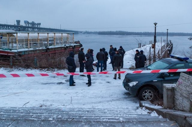 В Днепре возле набережной нашли труп мужчины с пистолетом в руке