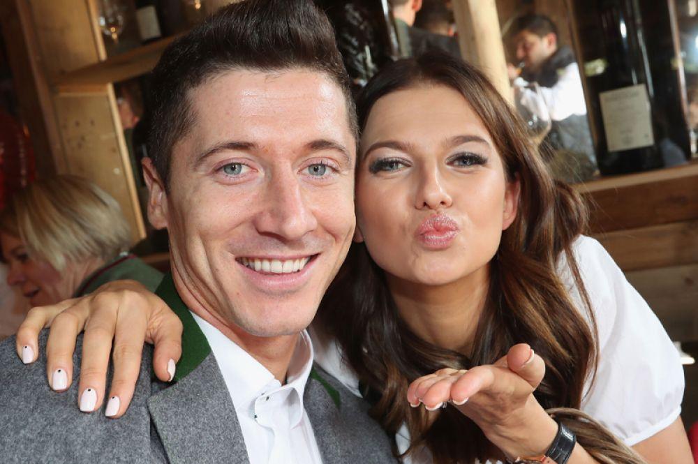 Польский футболист Роберт Левандовски женат на профессиональной каратистке Анне Левандовской. 4 мая 2017 года у пары родилась дочь Клара.