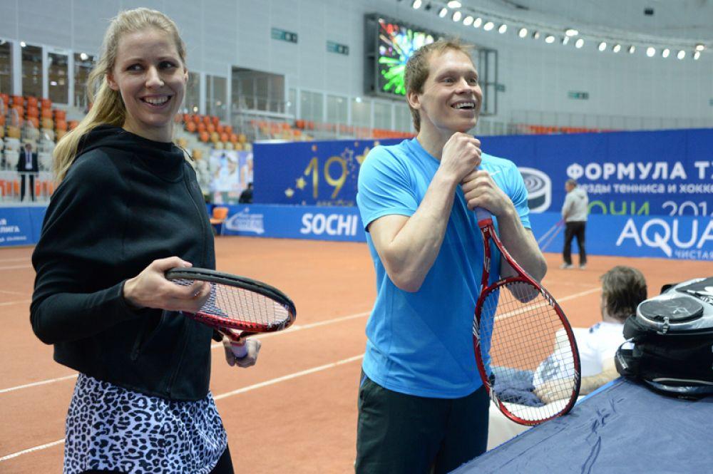 В 2011 году теннисистка Елена Дементьева вышла замуж за хоккеиста Максима Афиногенова. 20 апреля 2014 года у пары родилась дочь Вероника.