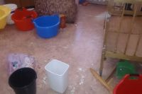 На кадрах видно страшные последствия потопа для свежего ремонта в детской.