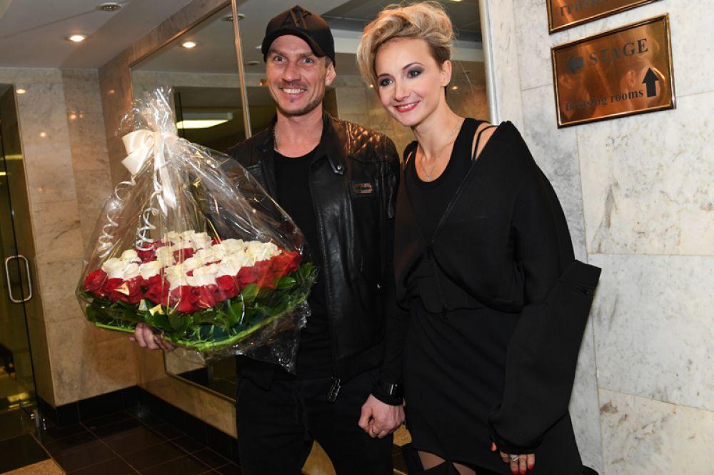 Фигуристы Оксана Домнина и Роман Костомаров поженились в 2014 году после семи лет гражданского брака. У супругов двое детей: дочь Анастасия и сын Илья.