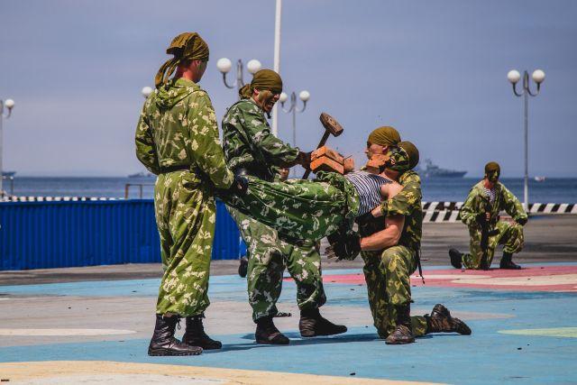 На воинской службе важно проявить крепость характера и тела.